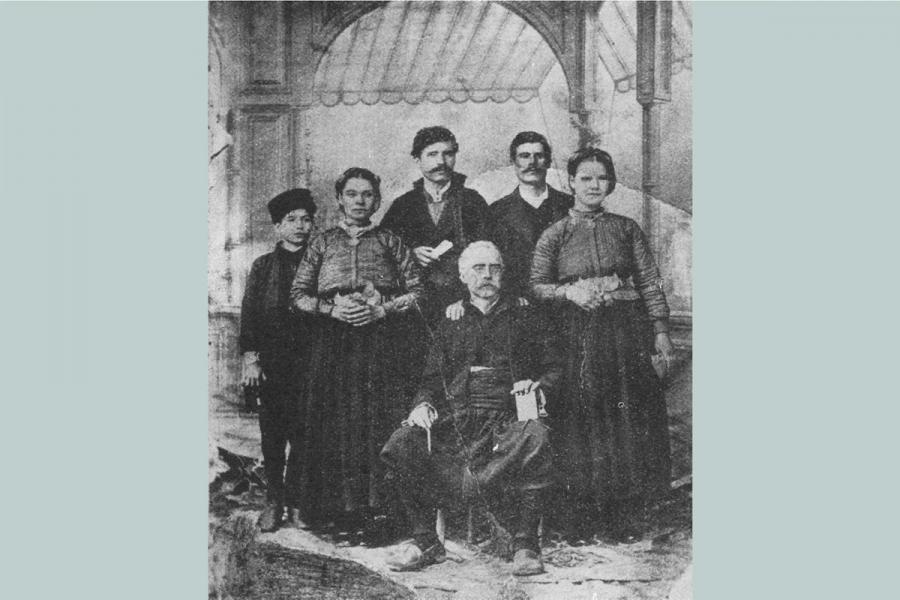 Пенчо хаджи Найденов със семейството си.